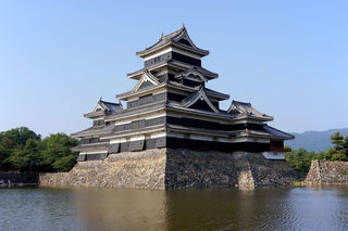 1200px-130608_Matsumoto_Castle_Matsumoto_Nagano_pref_Japan02bs4.jpg